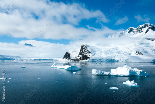 Foto auf Gartenposter Antarktika Mountains and ices of Antarctica in a beautiful sunny day
