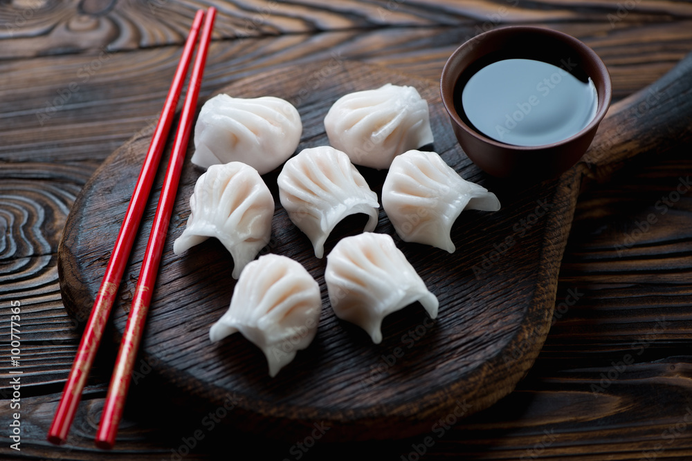 Photo  Close-up of chinese dim-sum dumplings served with a soy sauce
