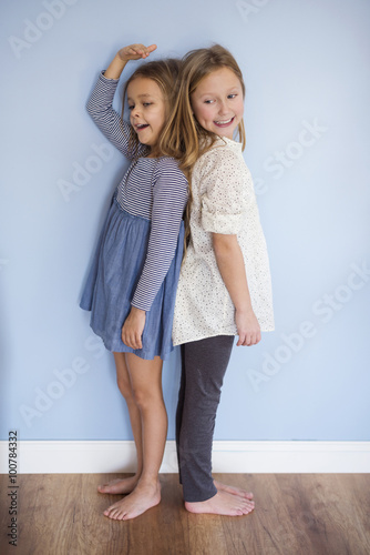 Fényképezés  Younger girl is almost as tall as her sister