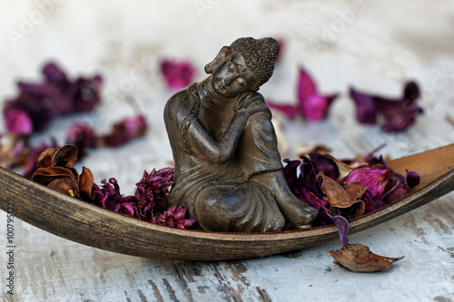 Tuinposter Boeddha Buddhafigur in einer Palmblattschale