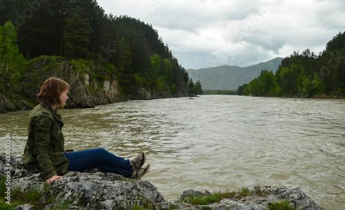Fotobehang Ontspanning девушка на берегу реки