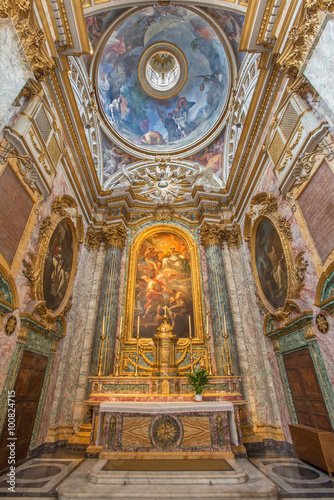 Foto  ROME, ITALY - MARCH 25, 2015: The sancutary with altarpiece The Liberation of a Slave in the Presence of the Trinity by C