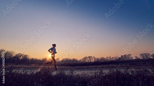 Fotografie, Obraz  ragazza atletica si allena all'aperto su terra di sera