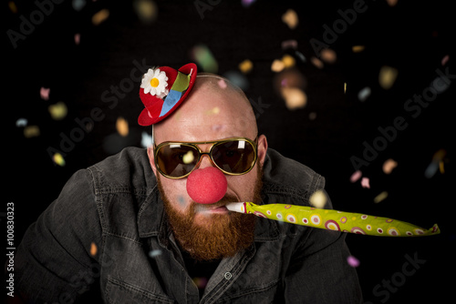 Photo  Man with beard wearing red nose, sunglasses and funny hat