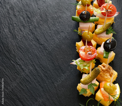 Fotografía Delicious appetizers with cheese and mix ingredients