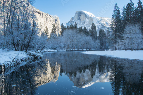 Photo  haft dome reflection in yosemite national park winter