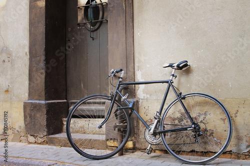 Staande foto Fiets old bicycle at the door