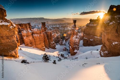 Fotomural Hoodoos Covered in Winter Snow in Bryce Canyon National Park, Utah