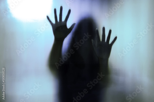 Fotografia  Woman behind the matte glass. Blurry hand and body figure