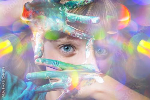 mala-dziewczynka-w-ciekawym-abstrakcyjnym-ujeciu-rece-pobrudzone-farbkami