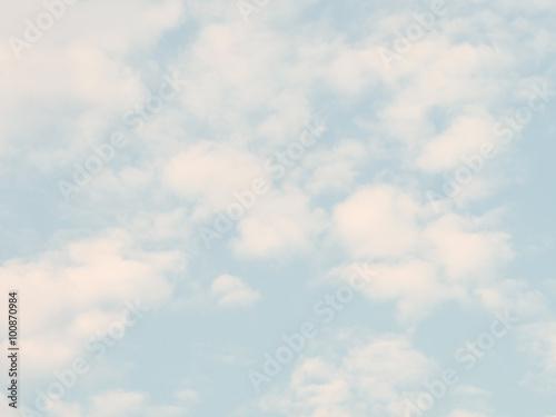 miekkie-biale-i-niebieskie-niebo-w-tle