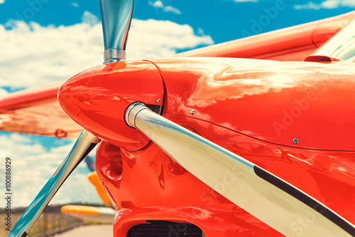 Fotografía  Propeller of a red airplane at the airport