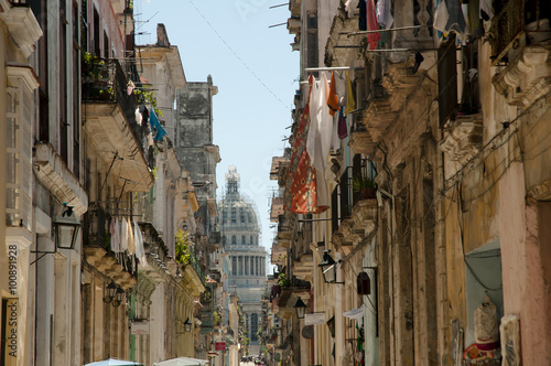 Photo sur Toile Havana Narrow Street - Old Havana - Cuba
