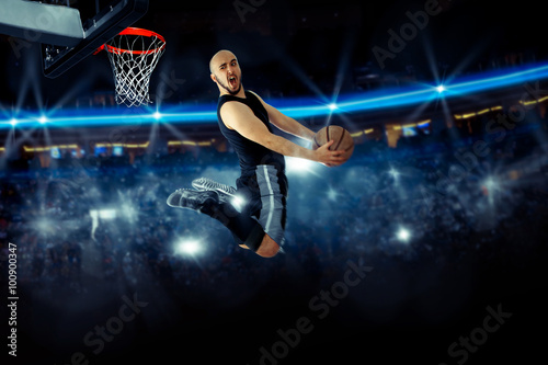 Foto  Horizontal photo of basketball player in the game makes reverse