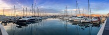 Panoramique De La Marina Du Cap D'Agde Au Soleil Levant, Dans L'Hérault, En Occitanie, France