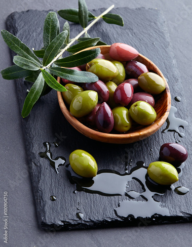 Fotografiet  Olives on a black background