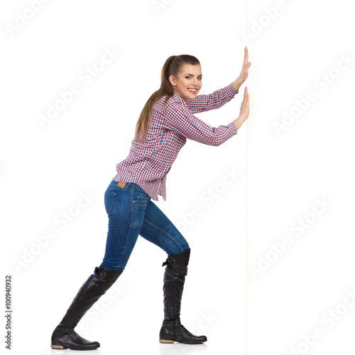 Fotografía  Mujer En Camisa de leñador pared Empujar
