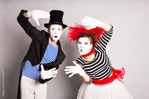 Photo  Waist-up portrait of funny mime couple with white faces