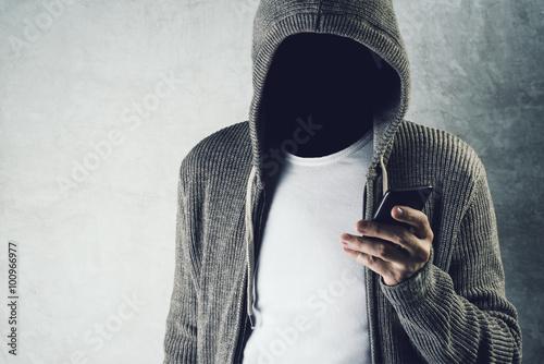 Fotomural Encapuchado sin rostro usando el teléfono móvil, el robo de identidad Concep