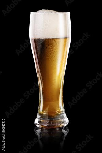 Leinwand Poster  Glas Bier auf schwarz
