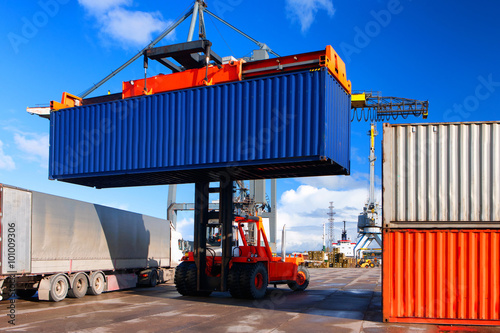 Fotografie, Obraz  Nakládka a vykládka kontejnerů v přístavu