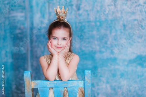 Plakat  Dziewczyna ubierająca jako princess z koroną patrzeje kamerę