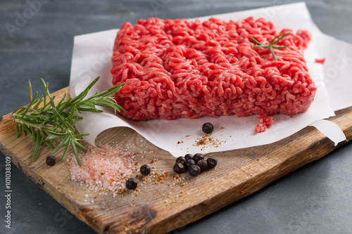 Deurstickers Vlees Minced meat on butcher pape