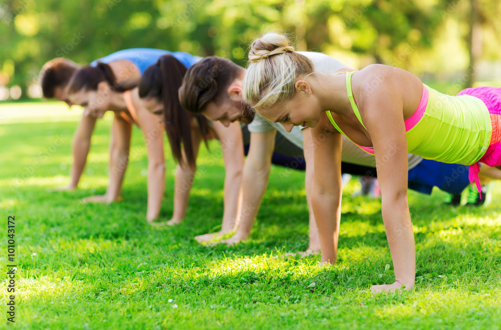 Fototapety, obrazy: group of friends or sportsmen exercising outdoors