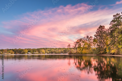 Papiers peints Rose clair / pale Dramatic Autumn sunset at Hamilton Lake in Arkansas
