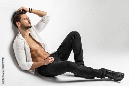 Cuadros en Lienzo Sexy undressed male model posing