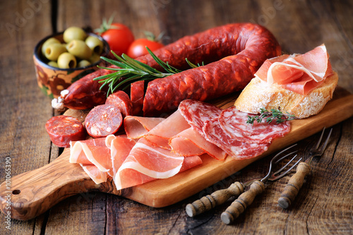Photo Stands Meat Spanish tapas - chorizo, salsichon, jamon serrano, lomo and olives