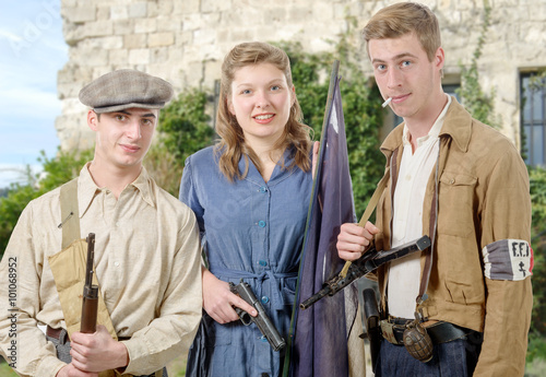 Poster Peche three young French Resistance, vintage clothes and weapons, reen