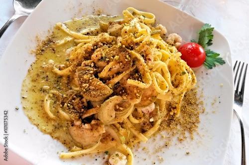 Photo  Traditional Italian tagliatelle pasta dish with creamy pistachio pesto, zucchini
