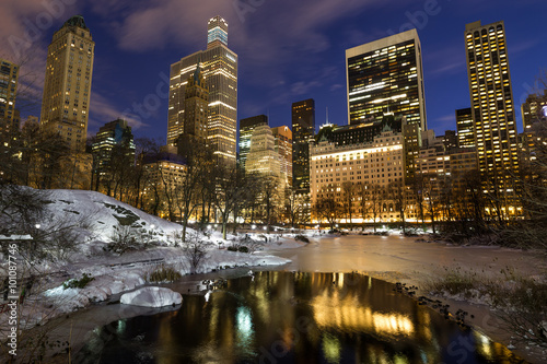 Stampa su Tela New York City Central Park in snow at night