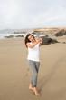 canvas print picture - Huebsche Frau am Strand macht einen Selfie