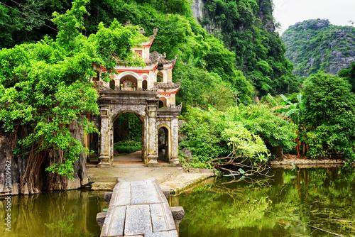 Foto  Haupttor zur Bich Dong Pagode, Ninh Binh Province, Vietnam