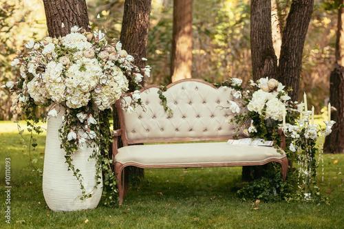 Zdjęcie XXL luksusowe dekoracje ślubne z ławką, świecą i kwiatami compis