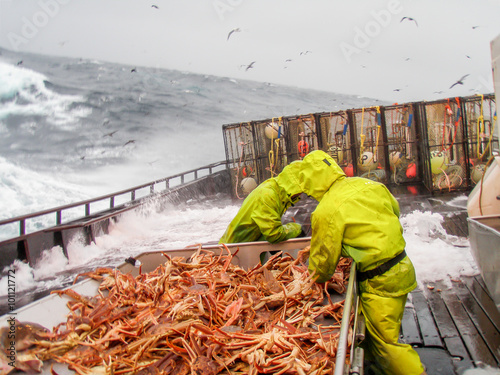 Photo  crab fishing in dangerous conditions