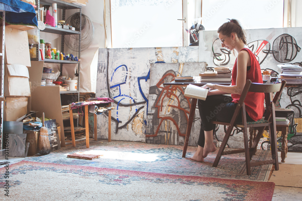 Fototapety, obrazy: Artist working on her new project