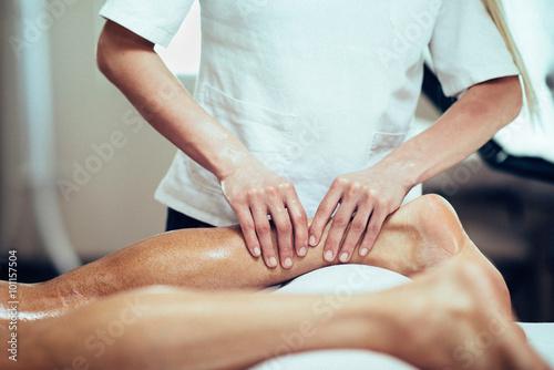 Pinturas sobre lienzo  El masaje deportivo. Terapeuta de masaje de la pierna