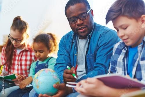 Valokuva Helping schoolboy