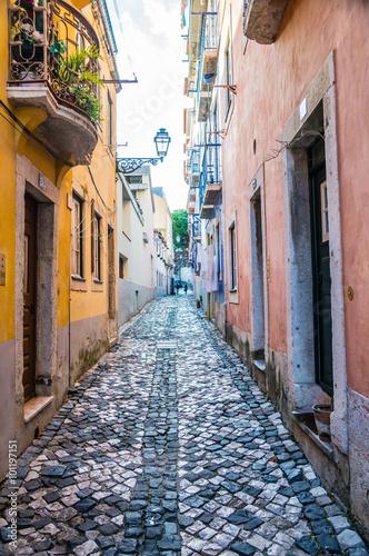 ciasna-waska-ulica-lizbona-portugalia