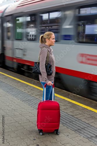 Fotografía  Frau wartet auf Zug auf Bahnhof