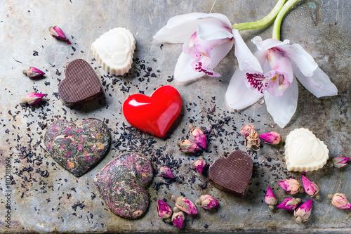 biale-kwiaty-czerwone-serce-i-czekoladki-w-ksztalcie-serca