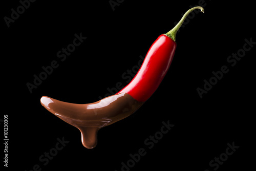 Spoed Foto op Canvas Hot chili peppers peperoncino piccante coperto di cioccolato fuso