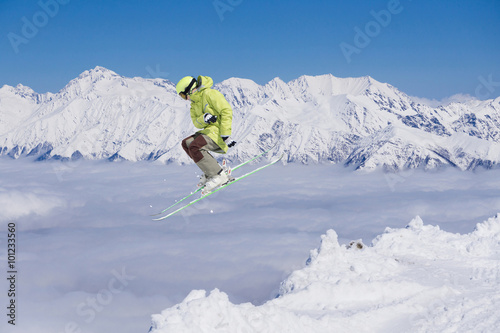 Poster Glisse hiver Flying skier on mountains. Extreme sport.