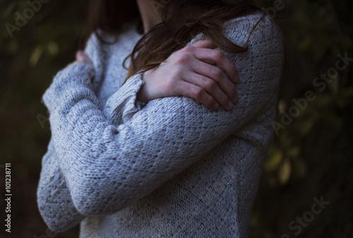 Fotografia  Ragazza solitaria nel bosco