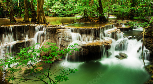 Montage in der Fensternische Wasserfalle Paradise Waterfall (Huay Mae Kamin Waterfall) in Kanchanaburi, T