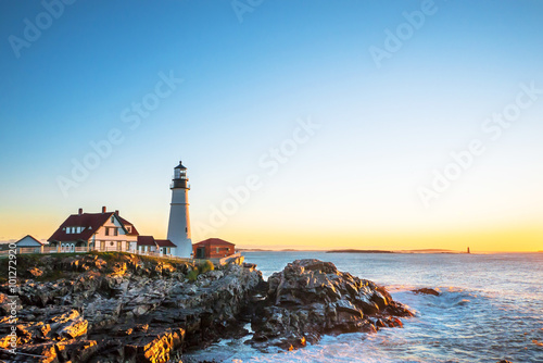 In de dag Vuurtoren Portland Head Lighthouse at Fort Williams, Maine at sunrise over