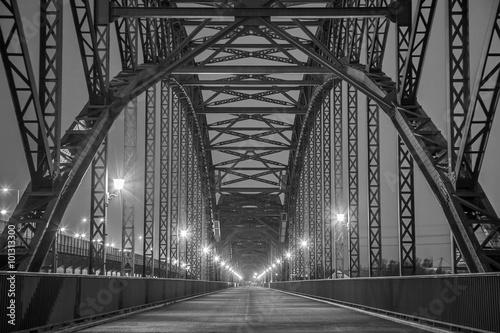 Fototapeta na wymiar Historische Stahlträgerbrücke über die Elbe in Hamburg